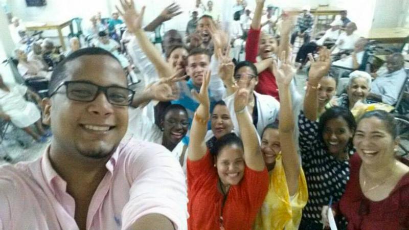 Grupo estudiantes de medicina de UTESA con su Profesora, Dra. Katia Vela.