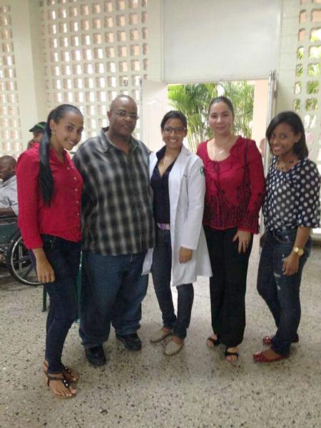 Compartir de estudiantes de medicina de UTESA con adultos mayores.