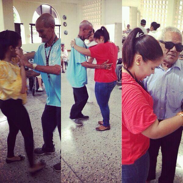 Baile entre estudiantes y residentes.