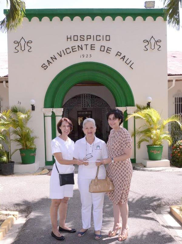 Entrega donación por parte de la señora María Amalia León a Eurides L. de Toribio y Teresita Q. de Pastoriza.