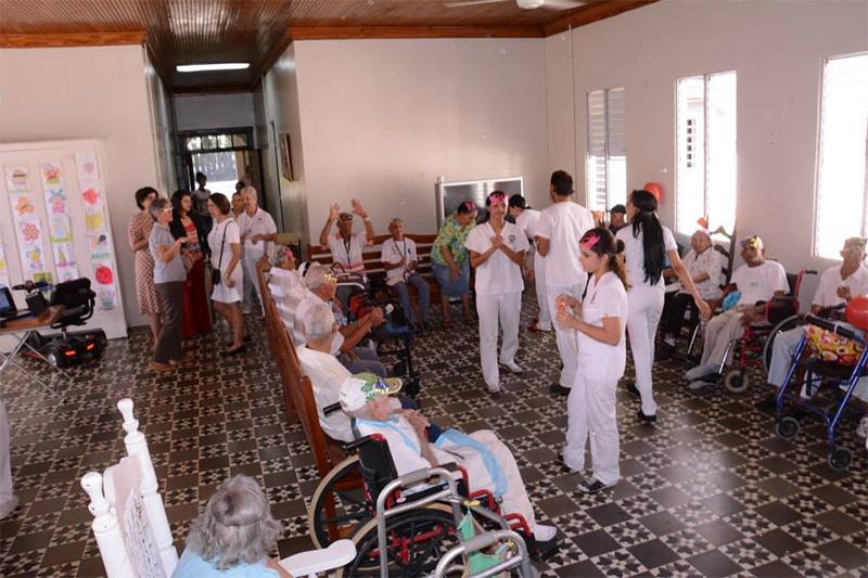 Observación de la actividad grupal organizada y dirigida por estudiantes de Terapia Física de la Pontificia Universidad Católica Madre y Maestra (PUCMM).